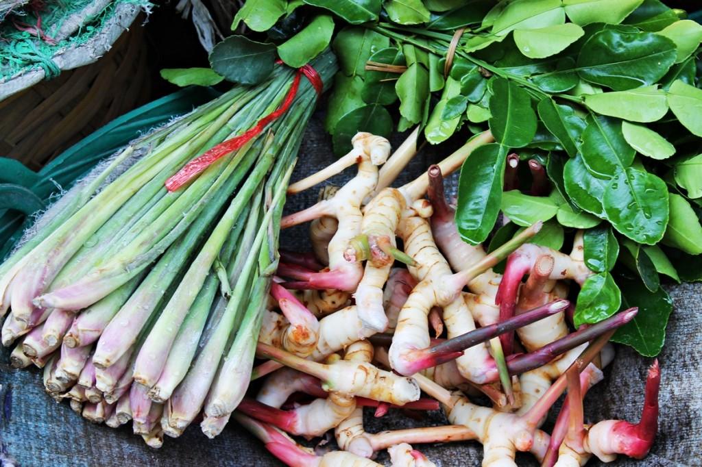 Kaffir limeblade, citrongræs og galangarod til den klassiske thailandske tom yam suppe