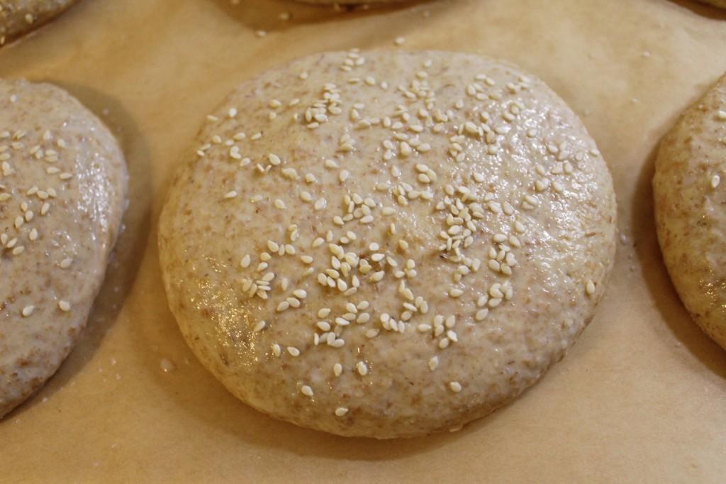 burgerboller, penslet + sesamfrø, januar 2013