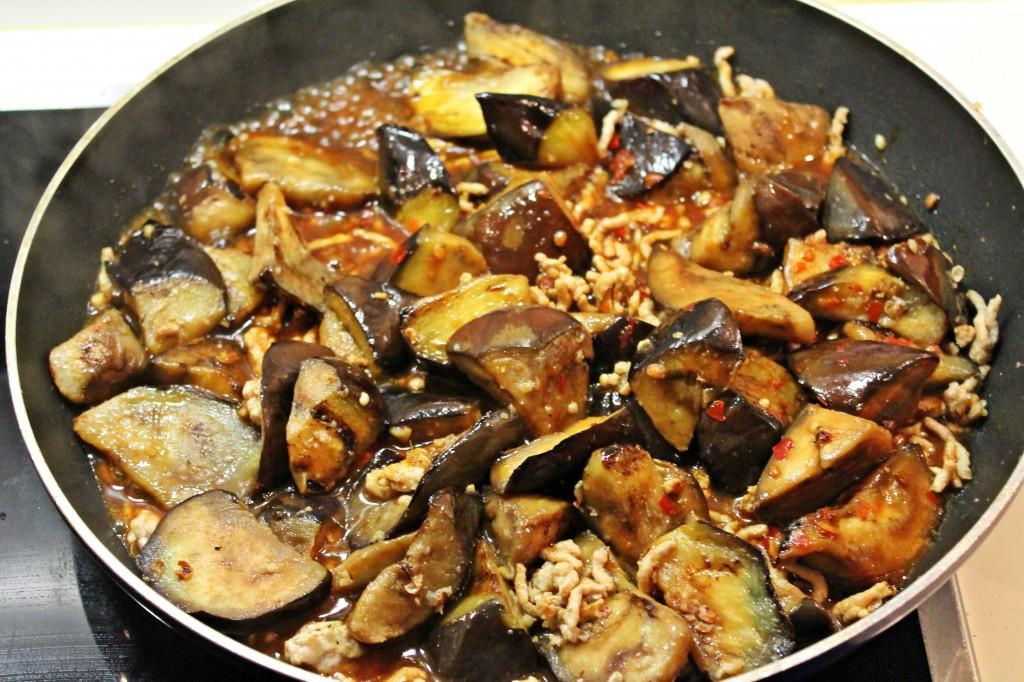 sichuan auberginer, auberginer på panden med sauce, marts 2013