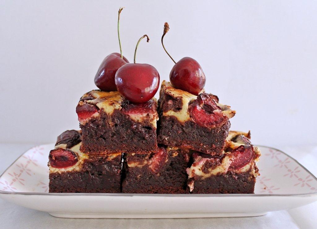 Brownie med cheesecake topping og kirsebær5