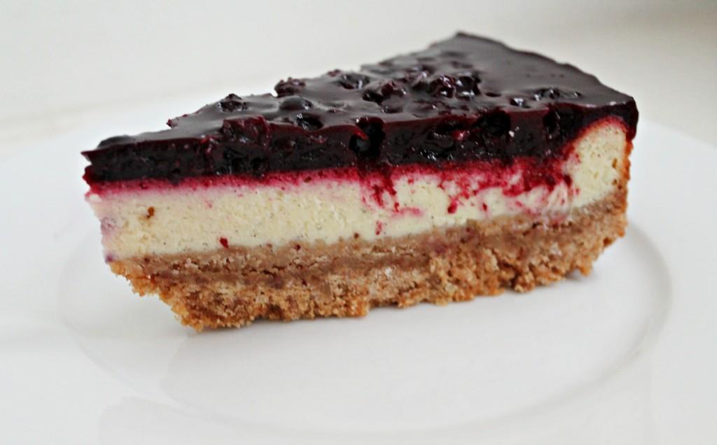 http://sofiesspisekammer.dk/2013/11/06/bagt-cheesecake-med-solbaer-og-lakrids/