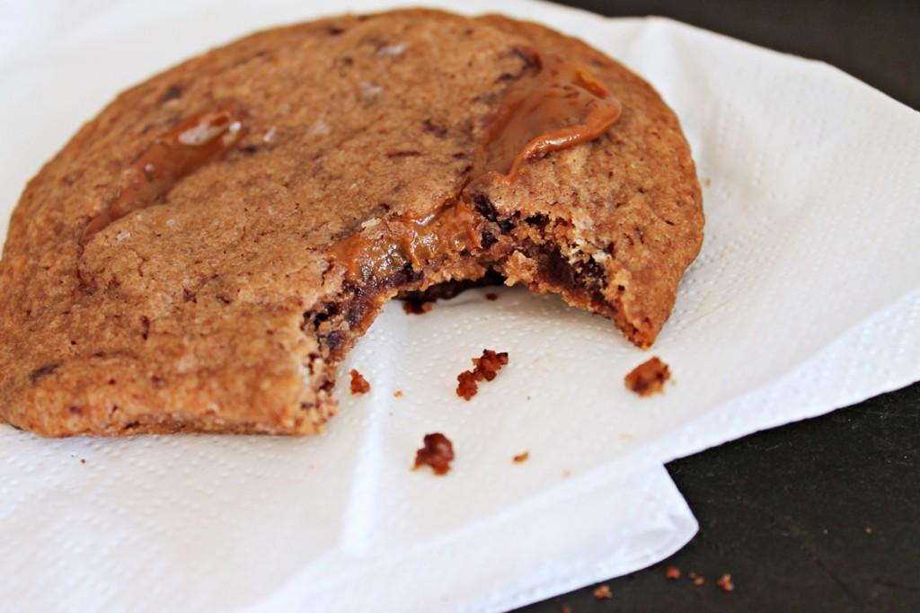 Chokoladecookies fyldt med karamel og havsalt