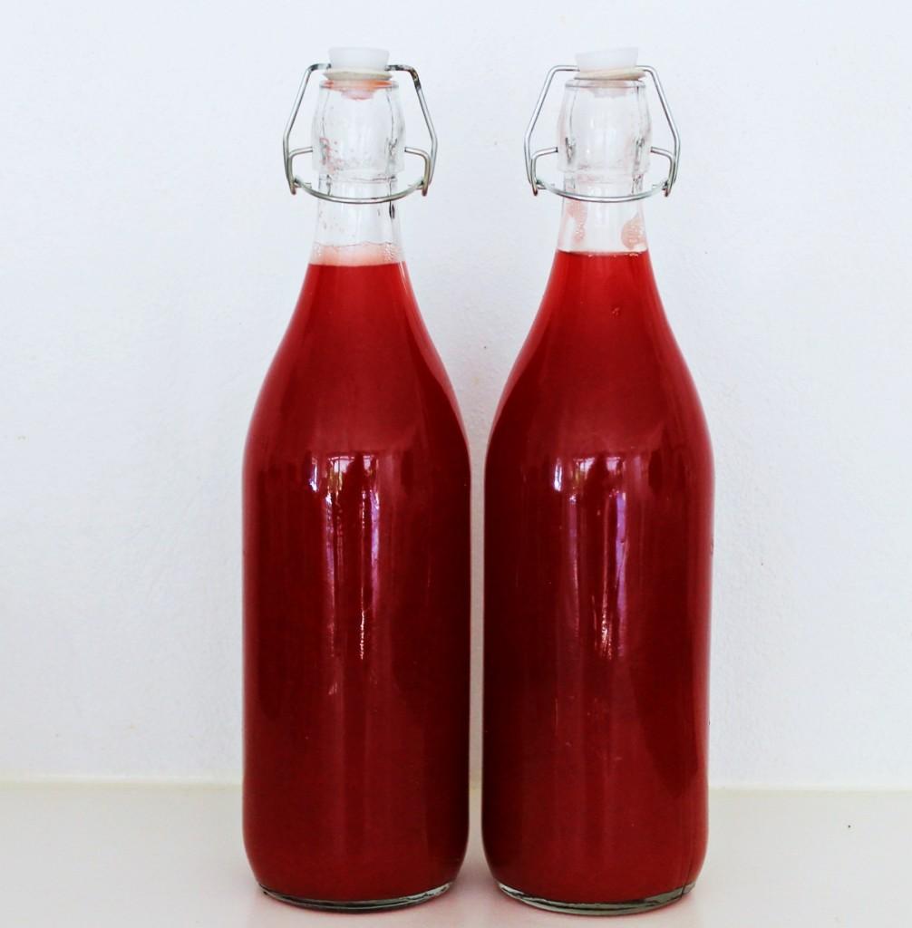 Jordbærrabarbersaft, på flasker, juli 2013