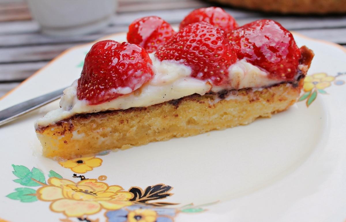 Jordbærtærte med mazarin, chokolade og vaniljeprikket creme