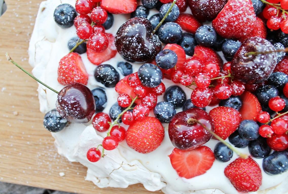 Marengs med bær og hvid chokolade - Den ultimative sommerdessert