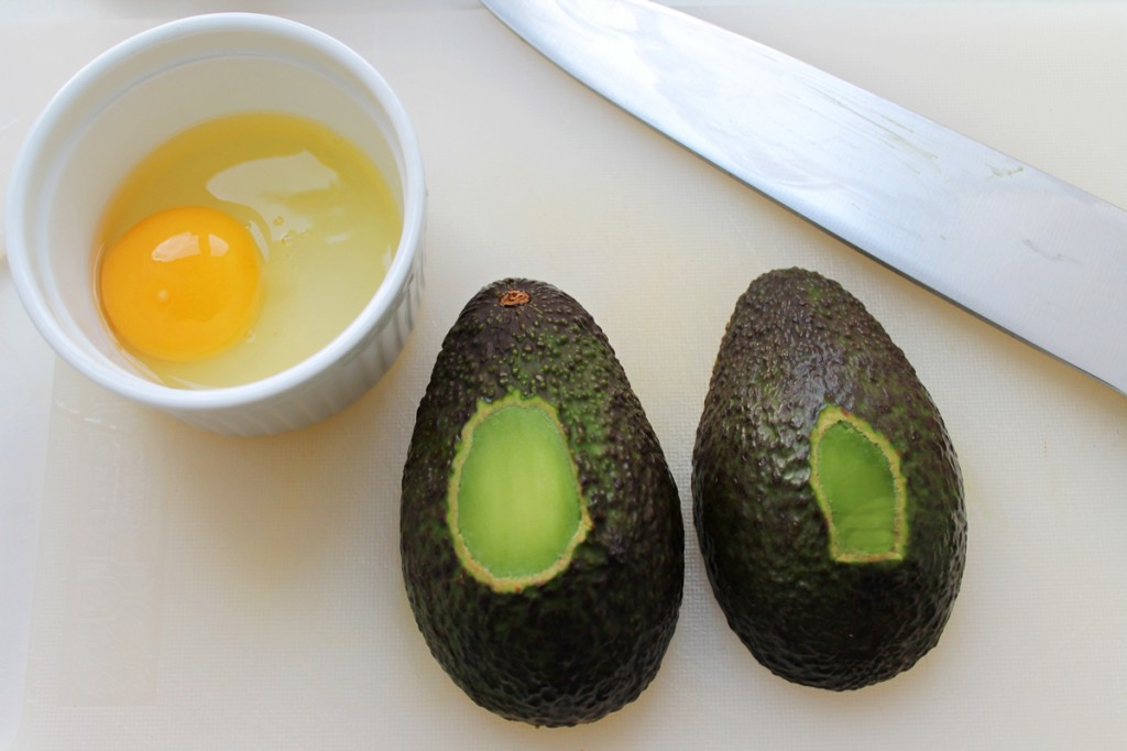 Bagte æg i avocado med frisk tomatsalsa