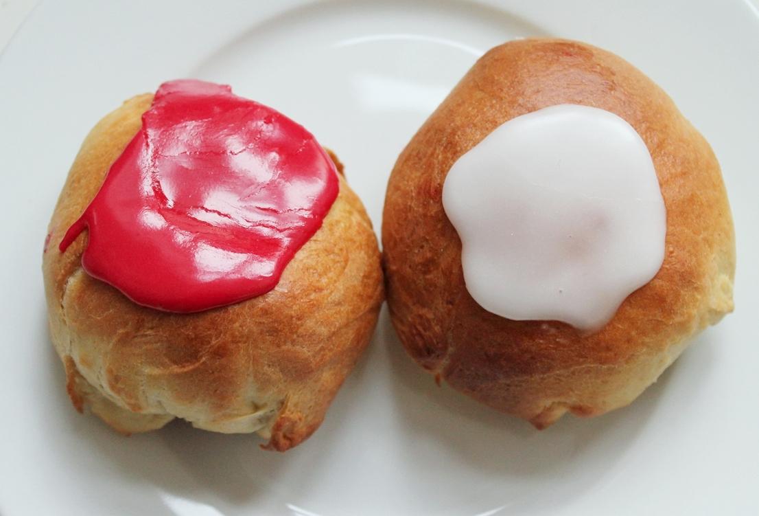 Fastelavnsboller med creme, marcipan og hindbær